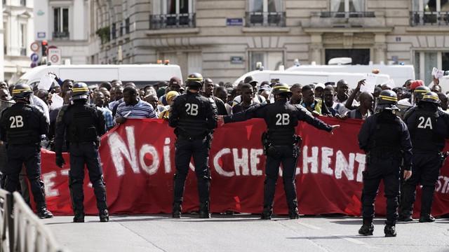 Imigranții au ocupat vineri Panteonul din Paris, ca protest față de condițiile cu care se confruntă în Franţa