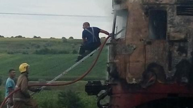 Trenul de pe ruta Ungheni-Bălți a ars aproape în totalitate. Două persoane, transportate la spital după ce s-ar fi intoxicat cu fum