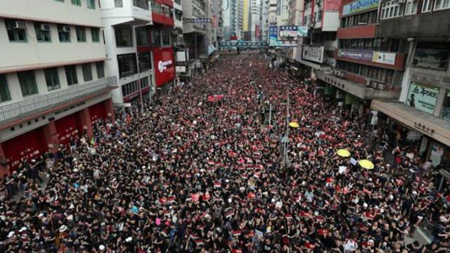 Zeci de mii de persoane au participat la o nouă manifestaţie la Hong Kong / Noi violenţe între protestatari şi forţele de ordine