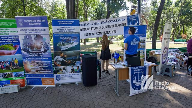 Zeci de absolvenți care vor să-și facă studiile în România au fost la Târgul Universităților de peste Prut