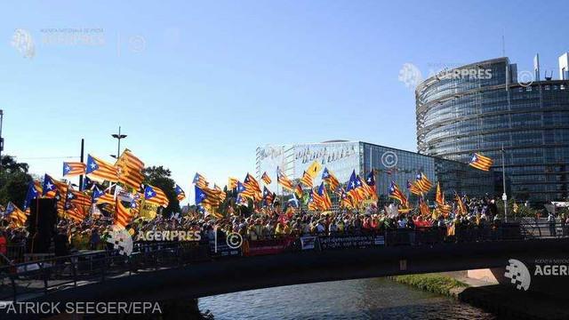 Mii de catalani manifestează în faţa Parlamentului European