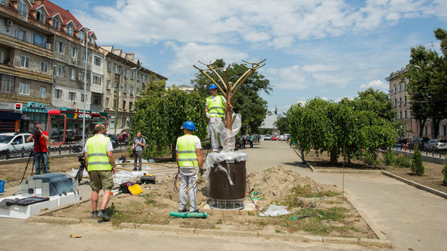 Arborii solari sunt instalați în capitală. Cum vor utiliza cetățenii energia stocată în bateriile acestora