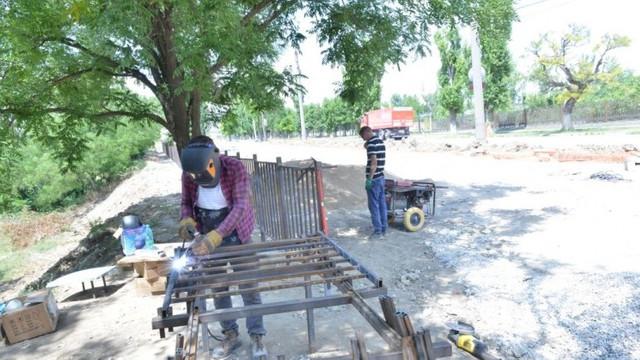 FOTO   Două scuare sunt reabilitate în sectorul Ciocana, după ce au fost evacuate peste 50 de garaje metalice
