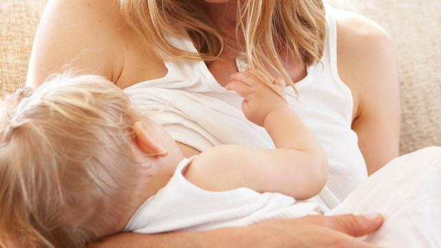 Hrănirea la sân a bebelușilor economisește un MILIARD de dolari pe zi în plan global (STUDIU)