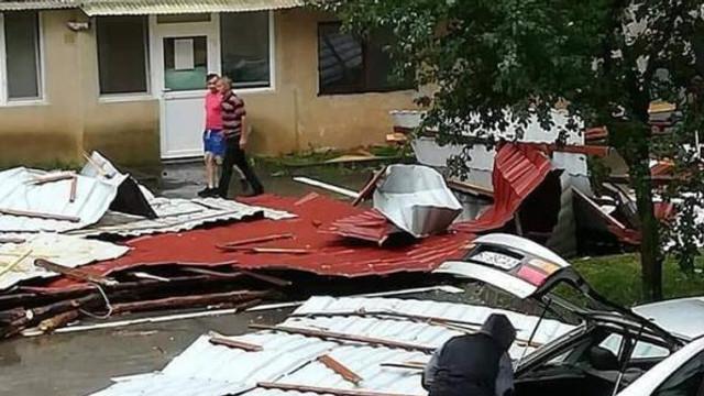 Peste 120 de case cu acoperișurile smulse la Dondușeni. În unele s-a prăbușit tavanul