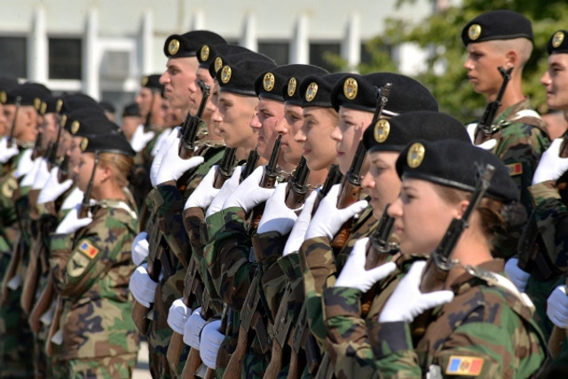 """75 de tineri, dintre care 17 fete, studenţi ai Academiei Militare """"Alexandru cel Bun"""" au jurat credinţă Patriei"""