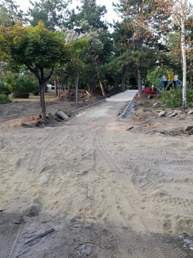FOTO   Un teren de joacă pentru copii, un teren de fitness și parcări pentru biciclete sunt amenajate în Scuarul Mezon din Chișinău