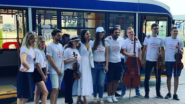 FOTO/VIDEO | Flashmob în troleibuz, organizat de Moldovan National Youth Orchestra la startul unei expediții muzicale prin R.Moldova