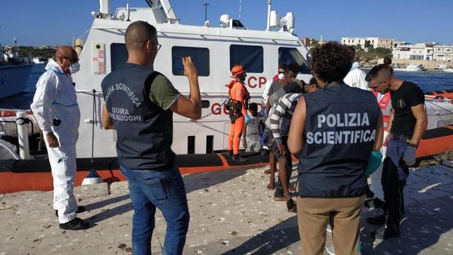 Italia | Călcându-şi pe inimă, Salvini lasă 27 de copii migranți să debarce în Lampedusa