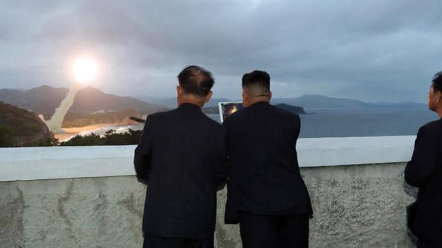 FOTO   Liderul nord-coreean Kim Jong Un a condus lansarea de rachete de sâmbătă, a cincea în mai puțin de două săptămâni