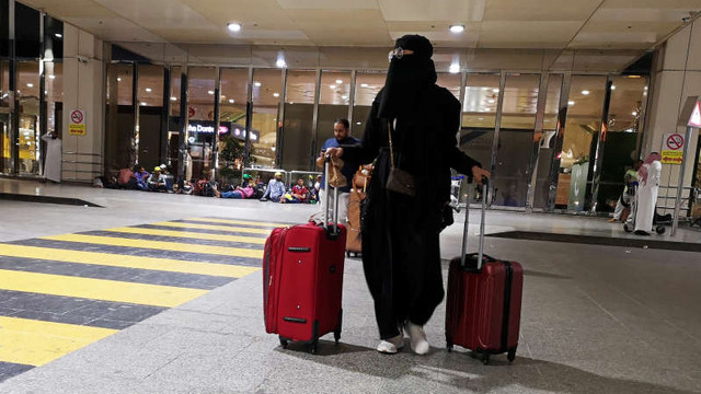 Femeile saudite pot, începând de marți, să călătorească în afara țării fără permisiunea unui bărbat