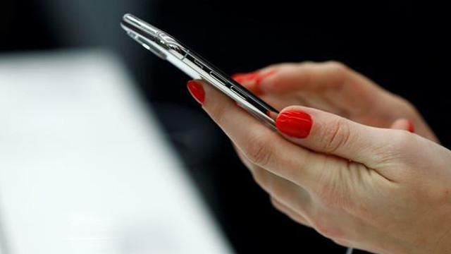 Două mari companii de telefonie, cercetate în SUA pentru că telefoanele lor ar depăși limita de RADIAȚII