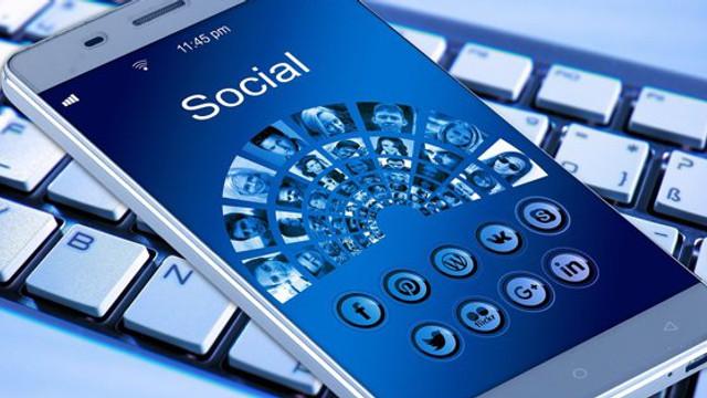 Facebook a ascultat unele conversaţii ale utilizatorilor. Sute de furnizori, plătiţi pentru transcrierea mesajelor audio