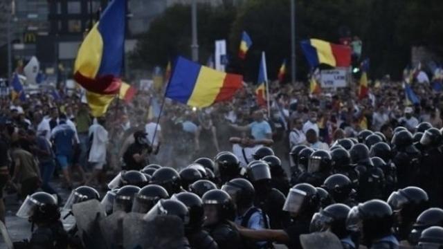 București | Manifestații, în Piața Victoriei, la un 1 an de la intervenția jandarmeriei împotriva diasporei și, în Piața Universității, pentru Iohannis