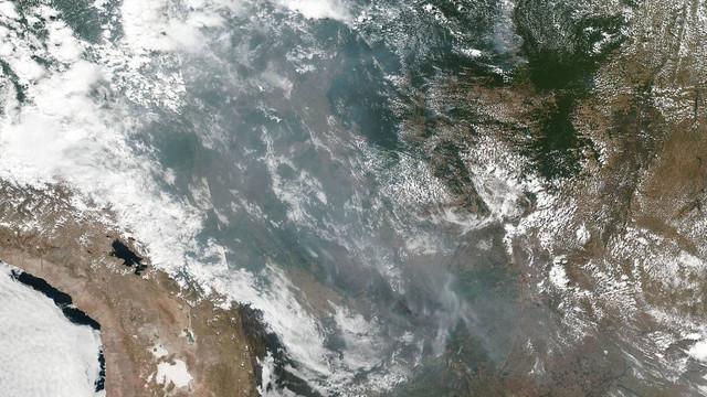 IMAGINEA SĂPTĂMÂNII | Norii de fum rezultaţi din incendiile de pădure din Brazilia, fotografiaţi din satelit