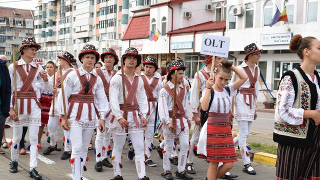 Paradă a fanfarelor şi a portului popular pe străzile din Botoşani (FOTO)