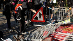 Hong Kong | Noi confruntări între poliție și manifestanţii pro-democraţie, în al 16-lea weekend de proteste (VIDEO)
