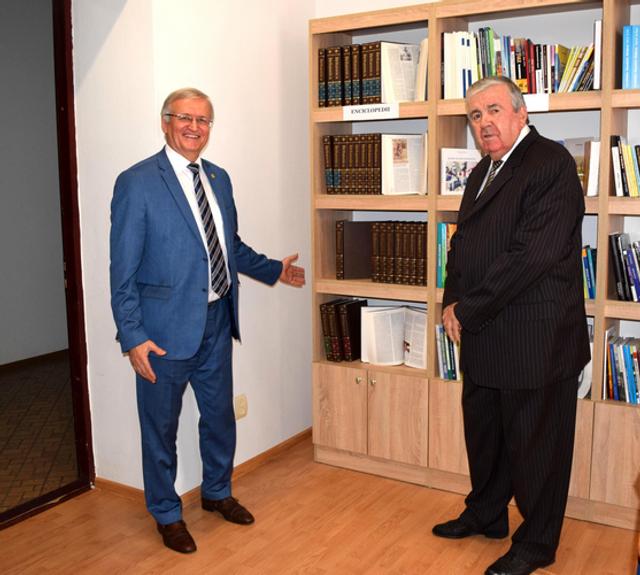 Primul Președinte al RM, Mircea Snegur a făcut un dar prețios Academiei de Științe