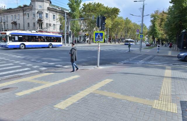 FOTO | În Chișinău au apărut recent pavaje tactile - benzi de ghidare, de culoare galbenă