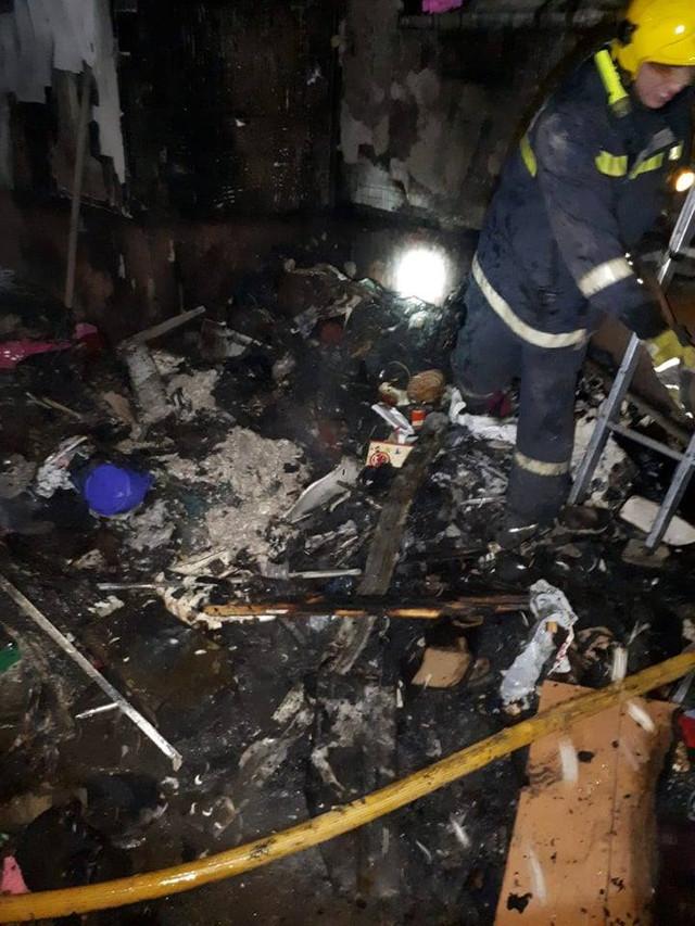 FOTO | Incendiu într-un apartament cu 5 camere, plin cu vechituri