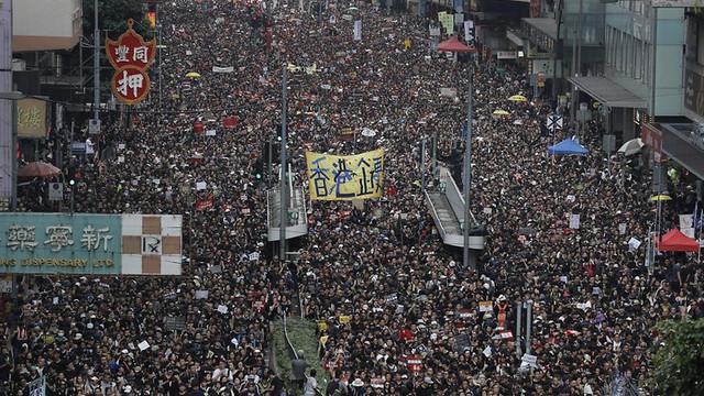 Mii de protestatari îmbrăcaţi în negru s-au adunat în Hong Kong, în timp ce Guvernul face apel la calm