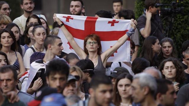 Georgia | Tbilisi marchează prin proteste 3 luni de la intervenția brutală a guvernului în favoarea unui oficial rus