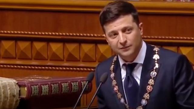 Volodimir Zelenski i-a premiat pe marinarii eliberaţi din Rusia cu ceasuri prezidenţiale
