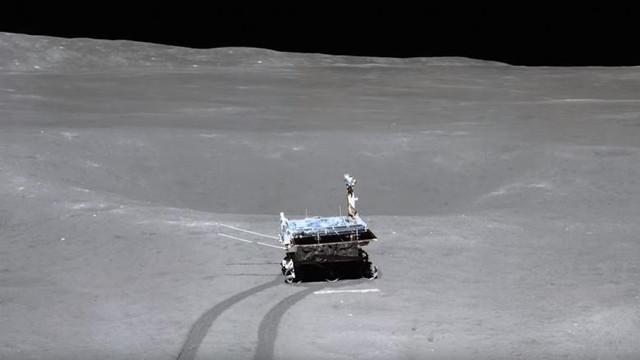 Roverul selenar lansat de China a descoperit o substanță ciudată pe partea întunecată a Lunii