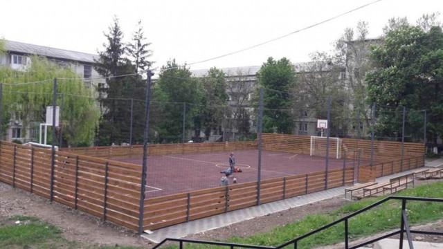 10 terenuri de sport multifuncționale au fost reabilitate în curțile blocurilor de locuințe din Chișinău