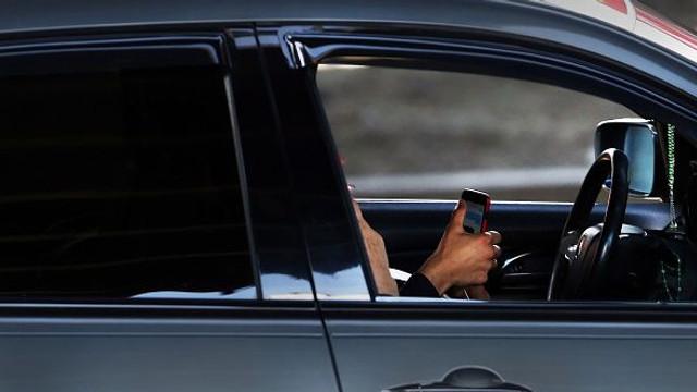 Atenție! Sancțiuni mai dure pentru simpla ținere în mână a telefonului mobil la volan, dacă ești prins de Poliția Română (Autoblog)