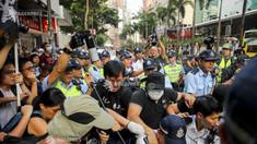 Hong Kong, paralizat de violenţe: Protestatarii, înarmaţi cu arcuri, săgeţi şi cocktailuri Molotov, au luat cu asalt campusurile universitare