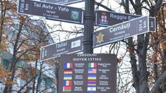 Un pilon informativ, cu denumirile celor 16 orașe înfrățite cu Chișinăul a fost instalat astăzi în fața Primăriei Capitalei