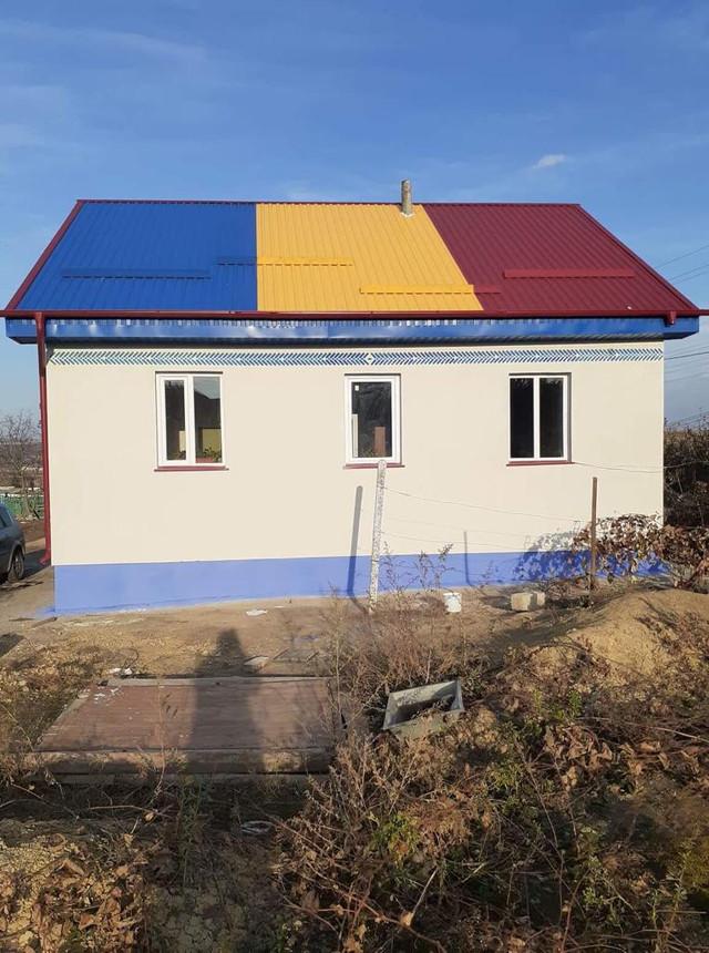 Harta României Mari și tricolorul, la loc de cinste pe o casă renovată de Mitropolia Basarabiei și de voluntari pentru o familie sărmană din Bulboci