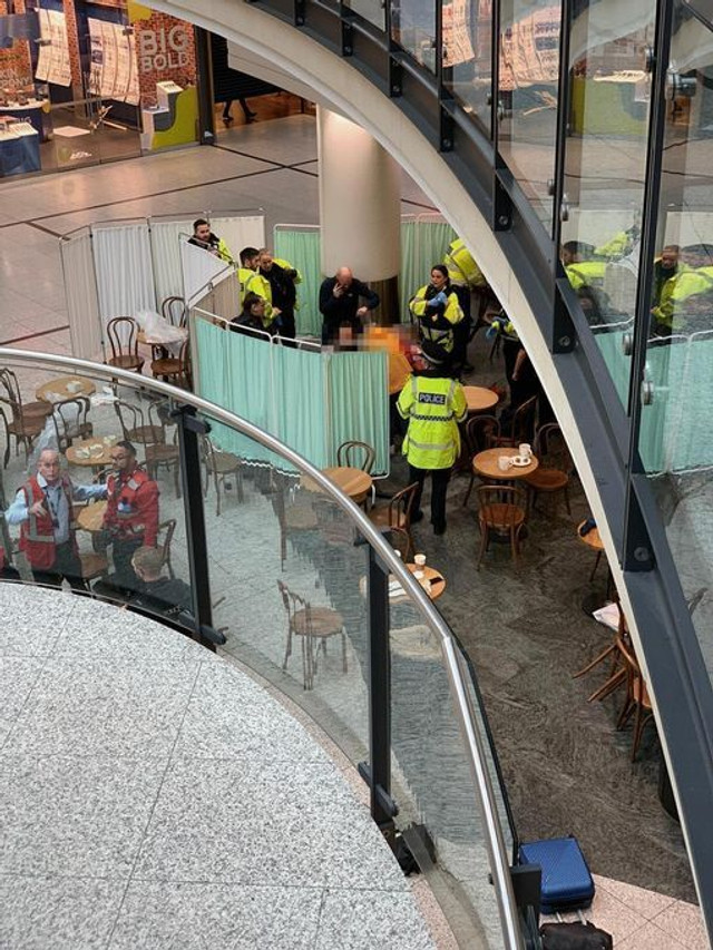 Mai multe persoane au fost înjunghiate într-un mall din Manchester