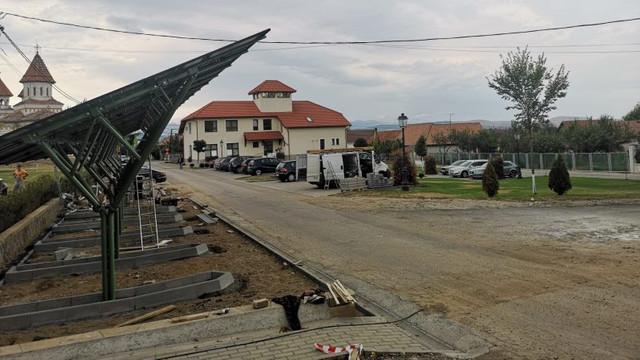 Mașini electrice încărcate cu energie solară, într-un sat din România