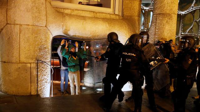 Noi ciocniri violente, la Barcelona. Protestatarii au aruncat pietre în apropierea unei clădiri de Antoni Gaudi