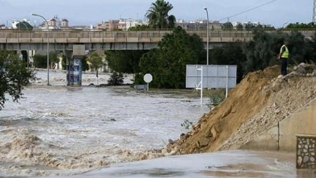 Inundaţii devastatoare în Europa: Persoane date dispărute, clădiri şi vehicule, luate de ape în Spania