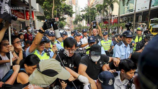 Proteste la Hong Kong | Poliţia a folosit tunuri cu apă pentru a dispersa demonstranţii