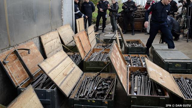 Peste 2000 de arme scoase din circuitul civil au fost distruse