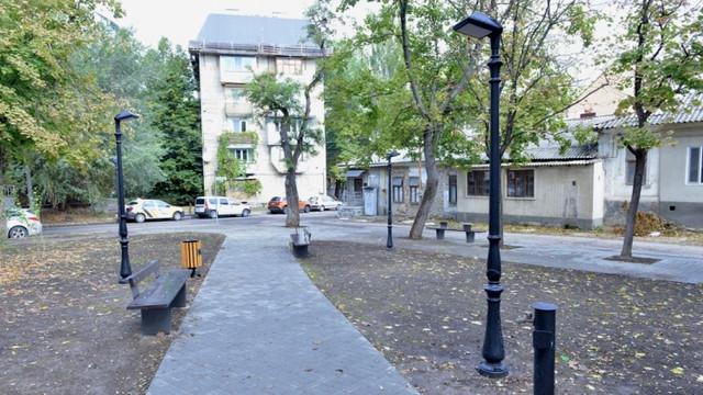FOTO | Scuarul George Coșbuc din sectorul Râșcani a fost amenajat cu teren de joacă, parcări pentru biciclete și au fost montate cișmele