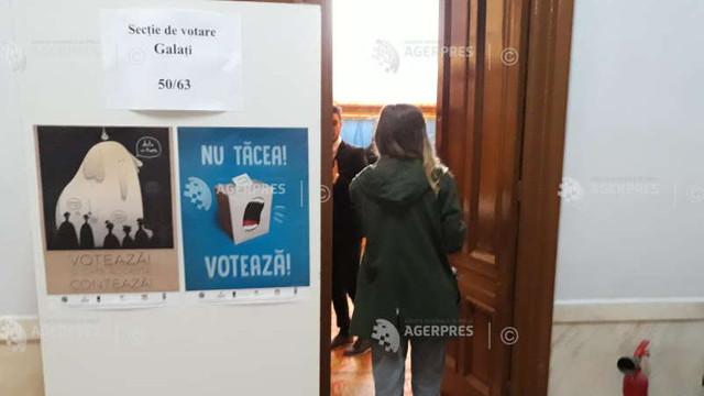 Cum se votează la alegerile parlamentare noi în Galați, România. Deși sunt valabile 3.000 de buletine, primul votant a fost înregistrat abia la ora 11:00
