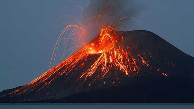 Vulcanul care a izgonit locuitorii unei insule, dar a adus turişti în loc