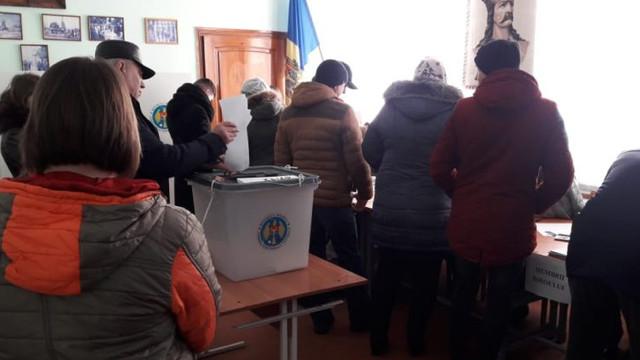 Cetățenii cu drept de vot au la dispoziție mai puțin de o oră pentru a participa la alegeri. Programul secțiilor de vot poate fi prelungit cu cel mult două ore