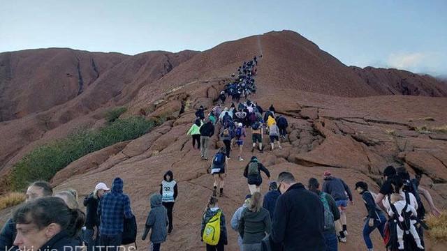Australia - Mii de persoane se grăbesc să escaladeze muntele Uluru înainte ca ascensiunea să fie interzisă