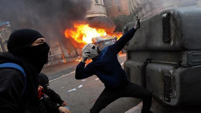 VIDEO | Proteste violente în Catalonia: Peste 200 de polițiști răniți. Guvernul spaniol amenință cu închisoarea