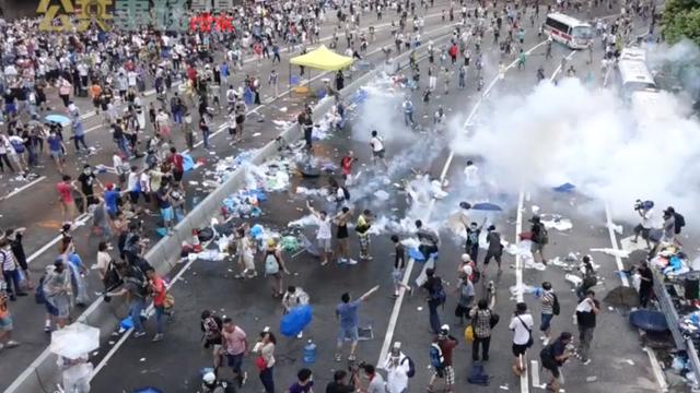 Un protestatar a fost împuşcat în piept în cursul unui miting desfăşurat la Hong Kong