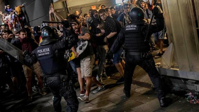 Violențe fără precedent în ultimii ani pe străzile din Barcelona. Oamenii au aruncat cu acid și cocktail-uri Molotov