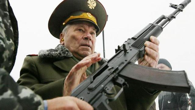Un secol de Kalașnikov: Cine a fost omul care a proiectat AK-47, cea mai cunoscută armă de asalt din istorie