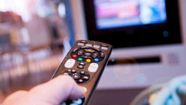 """Posturile TV controlate de """"bancherul"""" lui Putin au fost interzise în Letonia. Rusia a cerut intervenția OSCE"""
