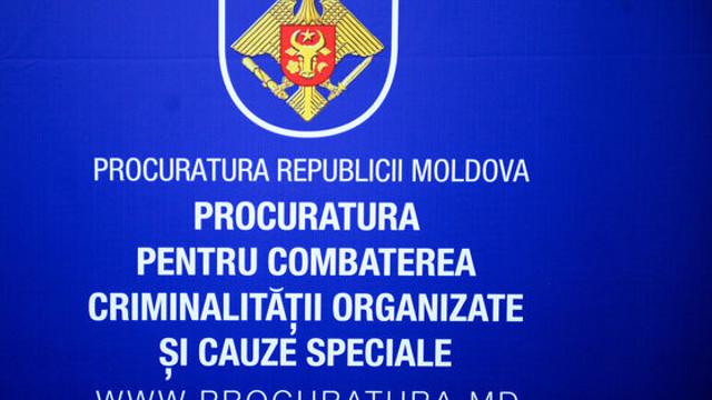 """Doi soți - membri ai unei grupări asociate organizației criminale """"Chitaeț"""" – trimiși în judecată de PCCOCS"""